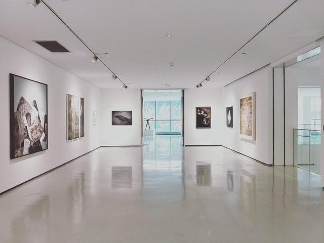 Huone kuvataidenäyttelystä